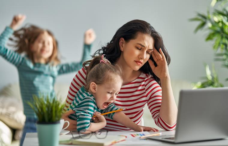Omgaan met coronastress door thuiswerken, kinderen en verminderde sociale contacten.