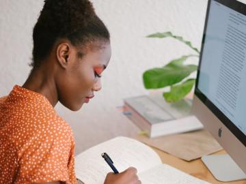 Vrouw studeert achter haar laptop