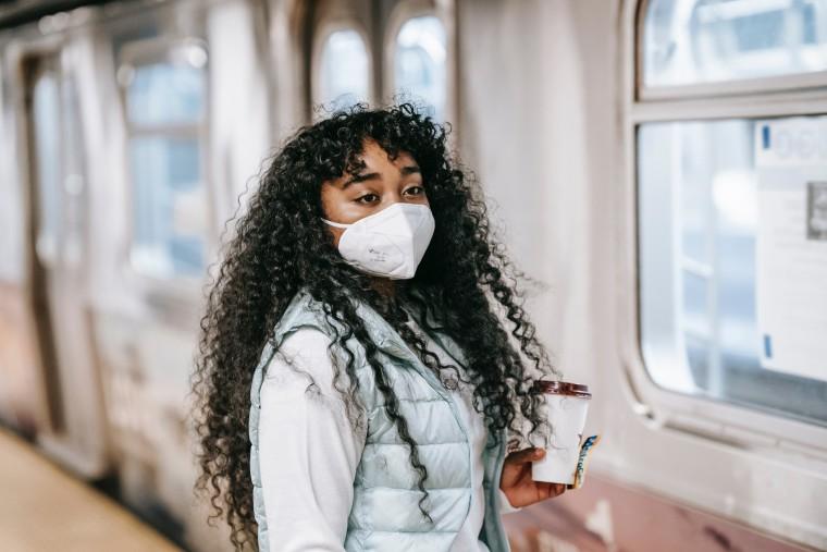 vrouw wacht op metro